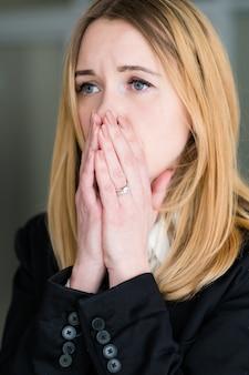 Donna ansiosa e stressata
