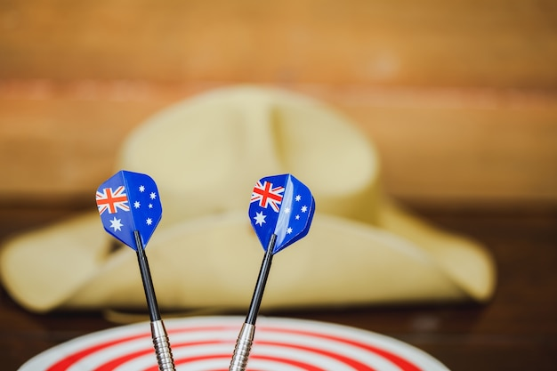 Cappello di slouch dell'esercito di anzac con la bandiera australiana su fondo di legno d'annata