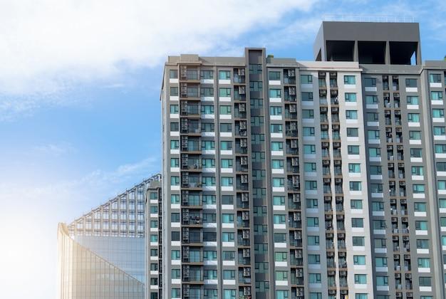 Edificio di appartamenti esterno del grattacielo finestre di vetro trasparenti dell'appartamento