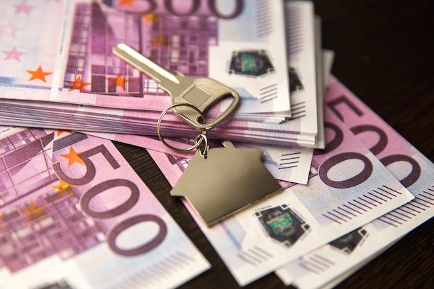 Chiavi di appartamento sullo sfondo di banconote ptmsp banconote in euro denaro isolato su