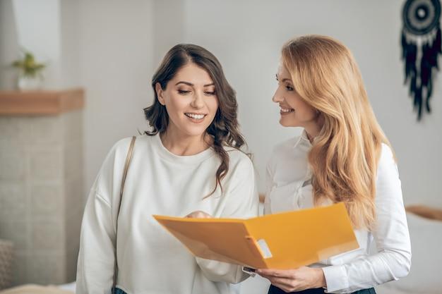 Affitto dell'appartamento. giovane donna che parla con un agente immobiliare dell'affitto di un appartamento e sembra coinvolta