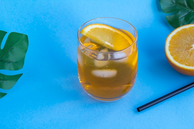 Aperol spritz cocktail nel bicchiere sulla superficie blu