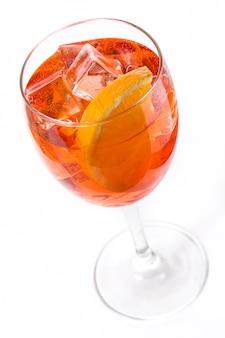 Aperol spritz cocktail in vetro sul muro bianco