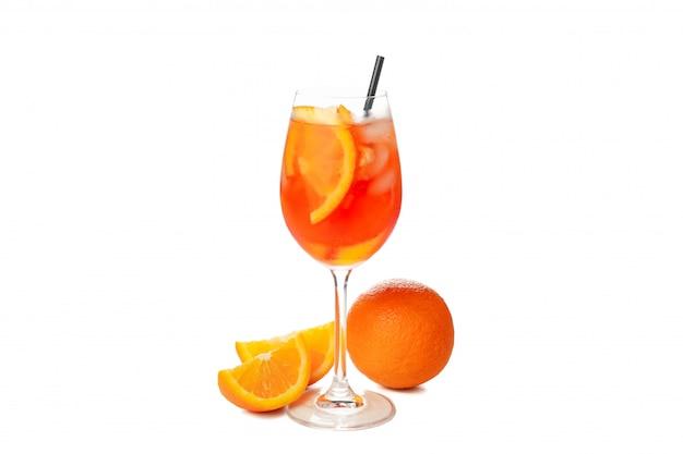 Aperol spritz cocktail isolati su sfondo bianco