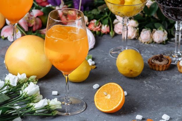 Aperol spritz cocktail in un grande bicchiere, bevanda fredda estiva italiana a bassa gradazione alcolica.