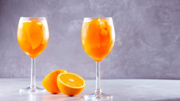 Aperol spritz cocktail. cocktail italiano estivo in vetro. copia spazio