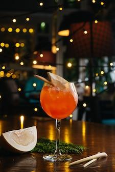 Aperol spritz cocktail con pomelo sul tavolo nel ristorante