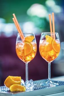 Aperol spritz drink sul bancone del bar in pub o ristorante.