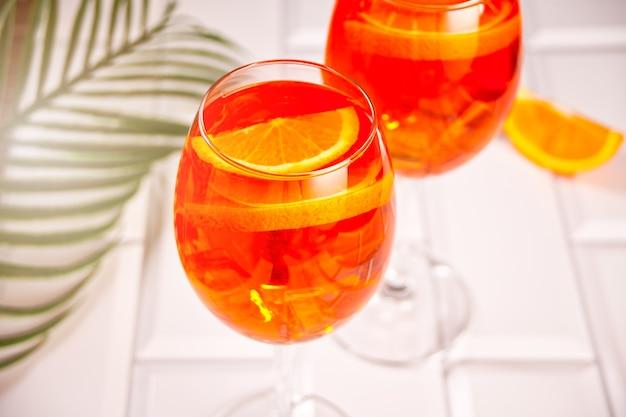 Aperol spritz bevanda alcolica cocktail italiano con cubetti di ghiaccio e arance.