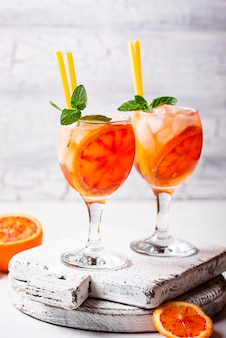 Aperol spritz, cocktail italiano con arancia