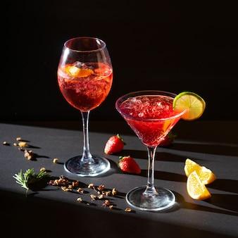 Aperol spritz cocktail aperitivo rosso in vetro con ghiaccio su sfondo nero