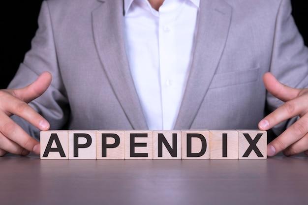 Appendice, la parola è scritta su cubi di legno