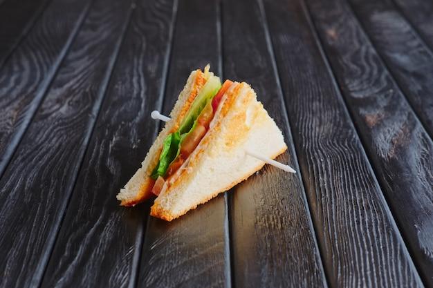 Antipasto per la ricezione. mini club sandwich sul tavolo di legno