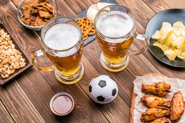 Antipasti e birra sul tavolo per guardare la partita di calcio.