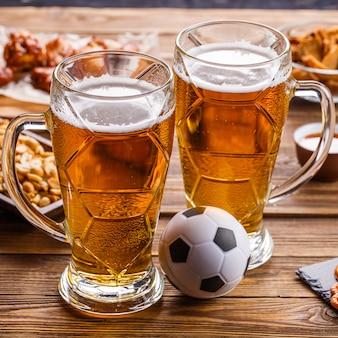 Antipasti e birra sul tavolo