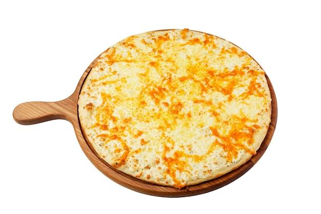 Appetitosa pizza al formaggio su una tavola di legno. piatto della tradizione italiana. isolato su sfondo bianco.