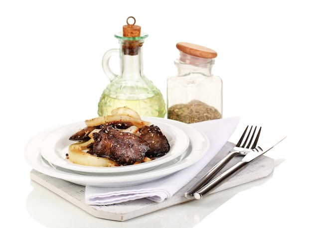 Fegatini di pollo fritto appetitosi sul piatto isolato su bianco