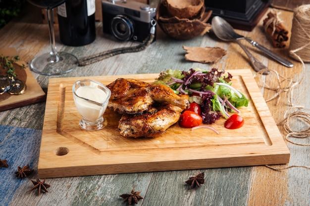 Appetitoso pollo alla griglia con verdure