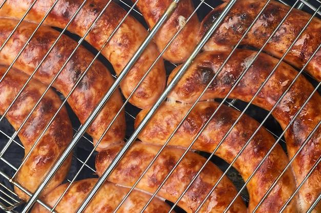 Appetitosi salsicce alla griglia alla griglia. ricreazione estiva in giardino