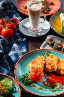 Involtini di sushi fatti in casa appetitosi sul tavolo in una splendida cornice, illuminazione solare