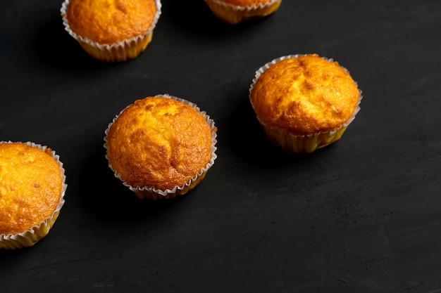 Muffin appetitosi stanno su una vista del piano d'appoggio.