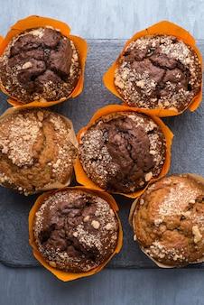 Appetitosi cupcakes rotondi su un piatto nero, vista dall'alto