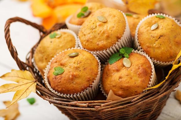 Muffin appetitosi e rubicondi con zucca e noci.