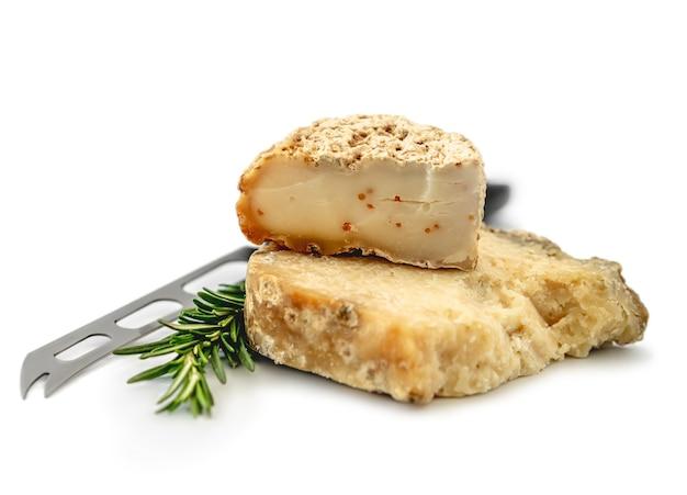 Appetitosa lastra di formaggio isolato su bianco