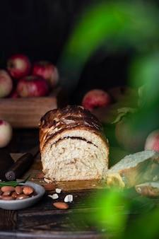 Pane babka di mele con cannella su un tavolo di legno