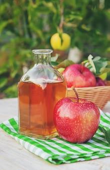 Aceto di mele in una bottiglia