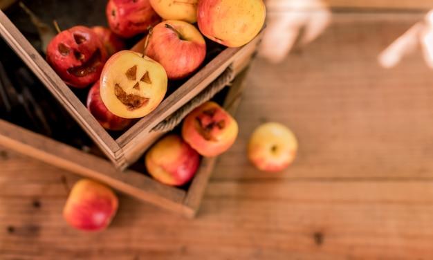 La faccia di mela crea per le vacanze del festival di halloween. stagione del raccolto autunnale e autunnale.