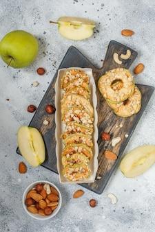 Frittelle di mele mele secche su sfondo bianco