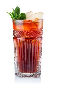 Cocktail dell'alcool della frutta della mela isolato su bianco