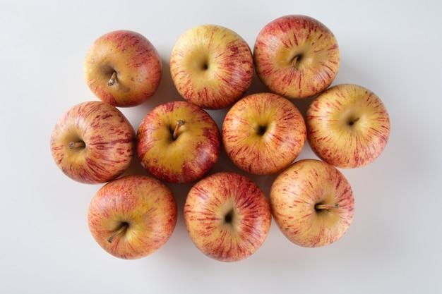 Frutta di mela su superficie bianca.