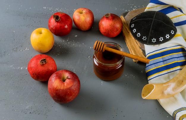Mela e miele, cibo tradizionale del nuovo anno ebraico rosh hashana libro torah, kippah yamolka talit
