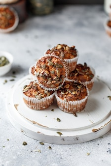 Muffin alle mele con farina integrale con semi di zucca