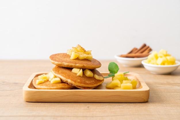 Frittella di mele o crepe di mele con cannella in polvere