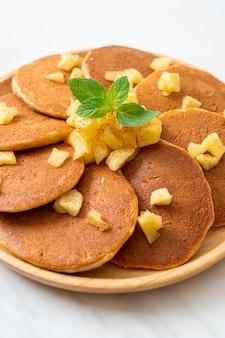 Pancake di mele o crepe di mele con cannella in polvere