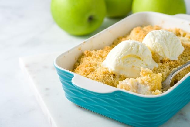 Crumble di mele e pere con gelato. spazio copia vista laterale