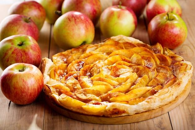 Torta di mele con frutta fresca sulla tavola di legno