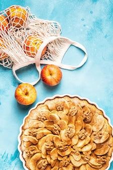 Torta di mele con noci e cannella, vista dall'alto.