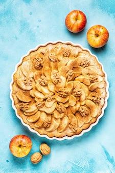 Torta di mele con noci e cannella