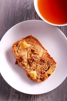 Torta integrale di mele e uvetta, affettata sulla piastra
