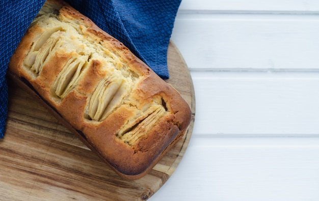 Pan di spagna di mele su un tavolo da cucina su uno sfondo bianco. copia spazio. concetto di cottura.