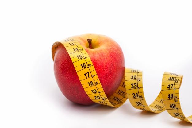 Apple con nastro di misurazione, concetto di dieta