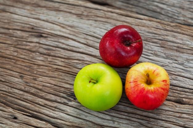 Una mela su legno