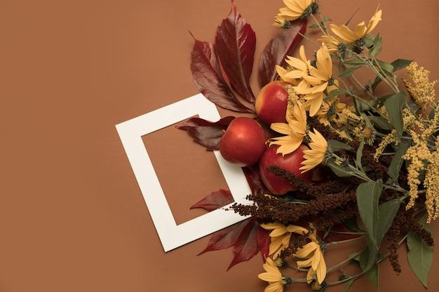 Mele e bouquet di fiori autunnali
