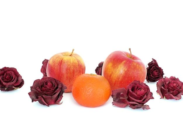 Mele e arancia su sfondo bianco