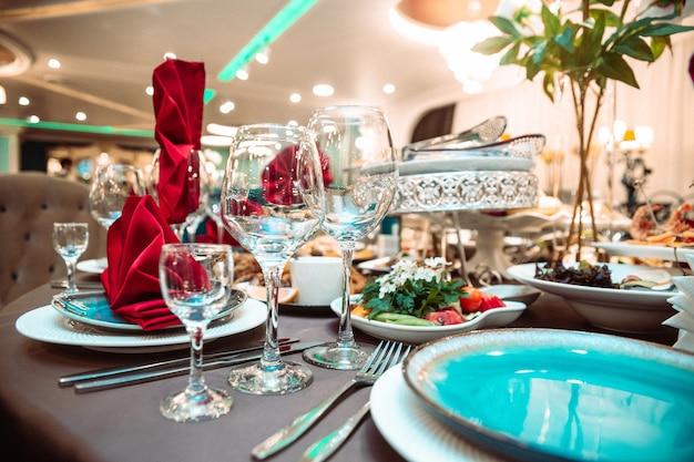 Elettrodomestici e cibo sul tavolo del ristorante.