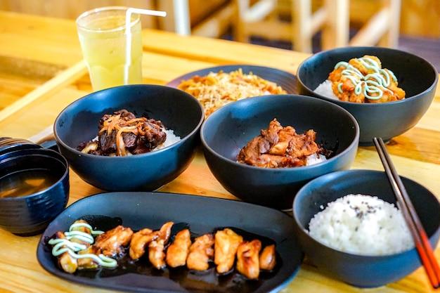Cibo tradizionale giapponese applicato impostato con stile di cibo tailandese nel ristorante